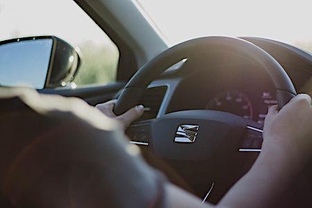 osoba za volanom automobila - ruke na volanu